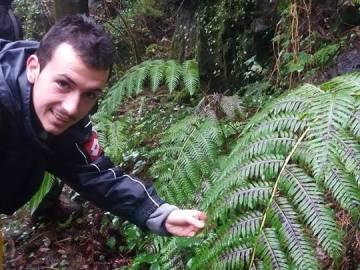 Daniel García Silveira, miembro de Emberiza, con la especie Woodvardia radicans en las Fragas del Eume